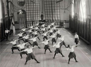 Damgymnastik._Gymnastiska_centralinstitutet,_Hamngatan_19,_Norrmalm,_Stockholm_-_Nordiska_Museet_-_NMA.0034300